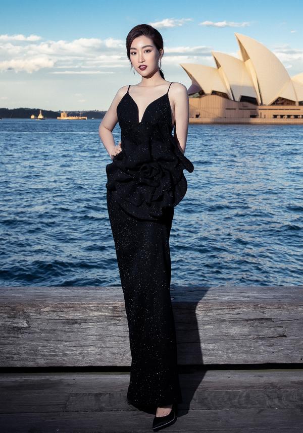 Váy hai dây của Đỗ Mỹ Linh trở nên bắt mắt hơn khi được trang trí cánh hoa tạo khối cầu kỳ trên phần eo.