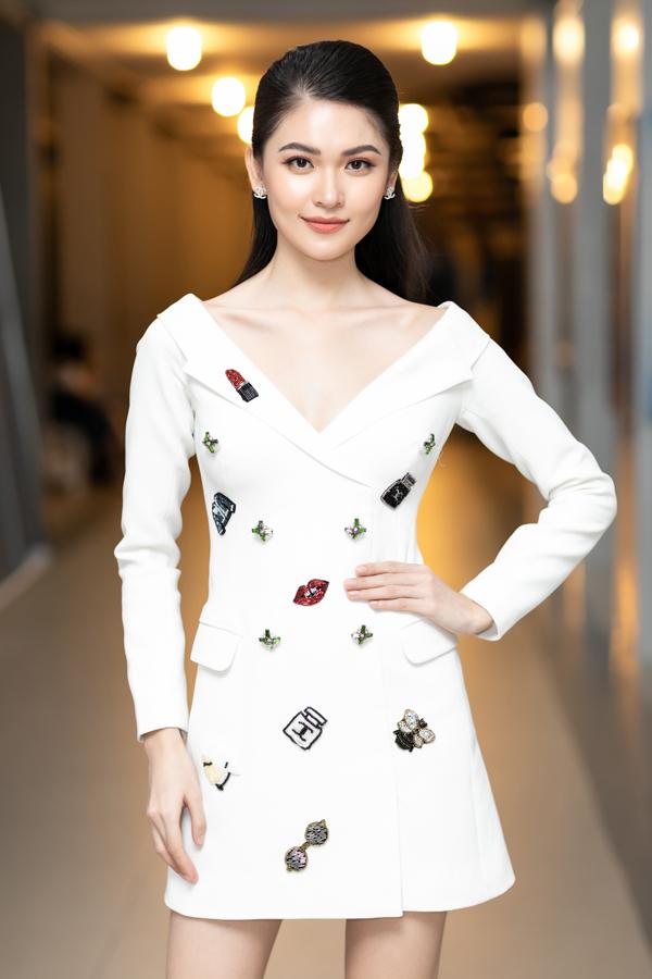 Blazer dress là xu hướng đang được các tín đồ thời trang thế giới yêu thích. Á hậu Thùy Dung giúp mình sành điệu và trẻ trung với mẫu váy hot trend đính kèm sticker.