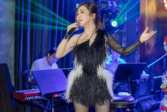 Nữ ca sĩ tiết lộ cô đã phải tiêm thuốc kháng sinh trực tiếp vào cổ để có thể đứng hát được.