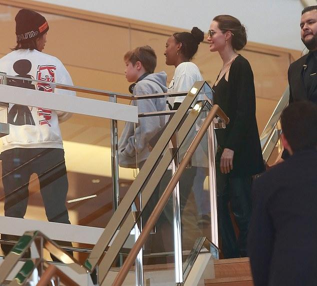 Jolie mua sắm cùng Pax, Zahara và con trai út Knox với sự hộ tống của hai vệ sĩ cao lớn.