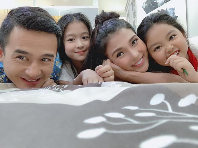Vợ chồng Thúy Diễm - Lương Thế Thành pose hình cùng hai diễn viên nhí tại hậu trường phim Gia đình là số 1. Nữ diễn viên nhắn ông xã: Ước gì có 2 đứa con gái. Vừa xinh vừa ngoan lại đc nhờ thế này nhở.
