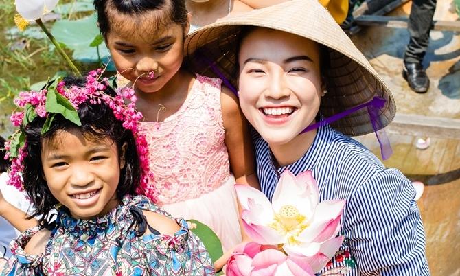 Hoàng Oanh đi thuyền hái hoa sen cùng trẻ em làng SOS