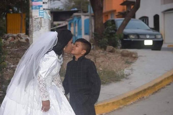 Chú rể Jonathan hôn vợ trong ngày cưới hôm 4/5. Ảnh: Oddity Central.