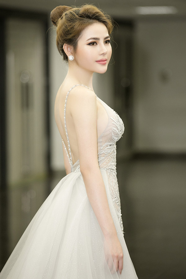Người đẹp sinh năm 1995 diện váy dạ hội hở lưng, may bằng vải voan xuyên thấu trong đêm chung kết Hoa hậu Sắc đẹp Việt Nam Quốc tế 2019 tổ chức ở Đài Loan, tối 12/5.