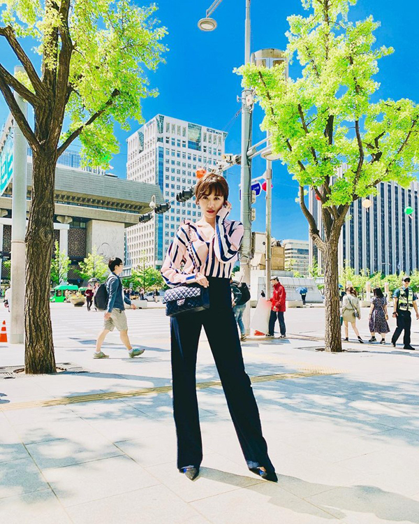 Hari Won thể hiện phong cách thời trang không thua chị, kém em với sơ mi lụa và quần suông ống rộng kiểu dáng thanh lịch.