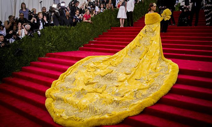 Trang phục gợi liên tưởng trứng ốp la của Rihanna tại Met Gala 2015. Ảnh:Reuters.