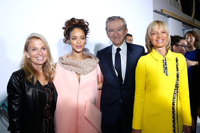 Rihanna vàchủ tịchLVMHBernard Arnault (thứ hai từ phải) tại Paris tháng 10/2015. Ảnh:Rindoff/Le Segretain.