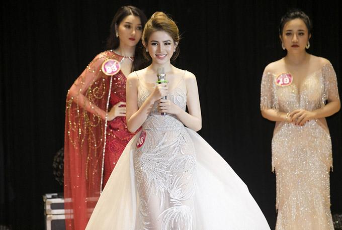 Thủy Tiên nổi trội về nhan sắc khi đứng bên các thí sinh khác trong cuộc thi.