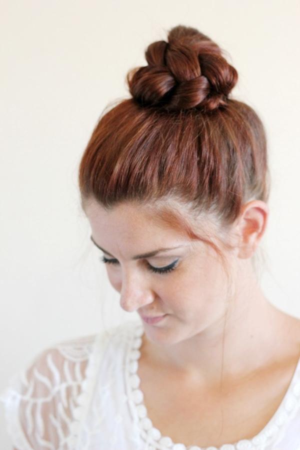 Một kiểu biến tấu khác giúp tóc búi trông chắc chắn, gọn gàng hơn, đó là tết toàn bộ lọn tóc trước rồi mới tạo búi.