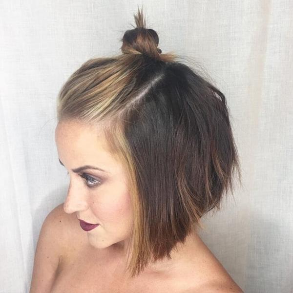 Những cô nàng tóc ngắn cũng có thể thử nghiệm kiểu tóc này bằng cách búi tó 1/2 tóc phía trên đỉnh đầu.