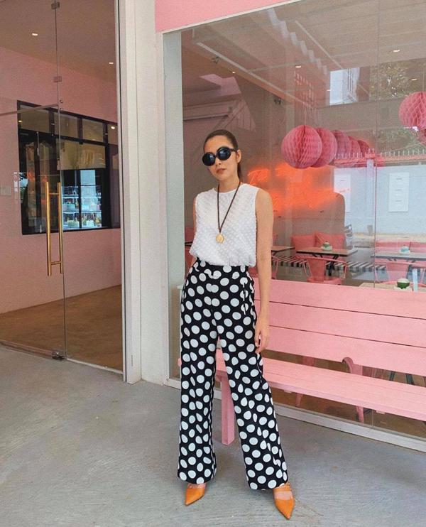 Tăng Thanh Hà mix màu trắng đen hài hòa cho set đồ gồm áo sát nách và quần ống suông - trang phục được các fashionista săn lùng ở mùa hè 2019.