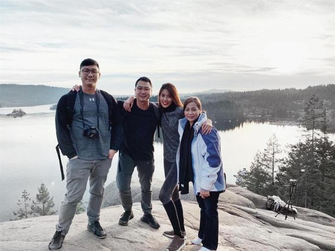 Lan Khuê cùng gia đình nhà chồng sangVancouver, Canada vào tháng 1/2019.