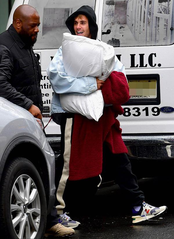 Sáng 13/5, vợ chồng Justin Bieber rời căn hộ của họ ở New York. Nam ca sĩ tự mình ôm theo gối và chăn, không ngại bộ dạng lôi thôi, râu tóc bơ phờ.