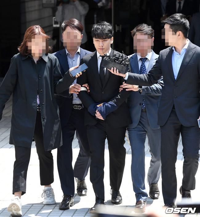 Seungri rời khỏi nơi thẩm vấn.