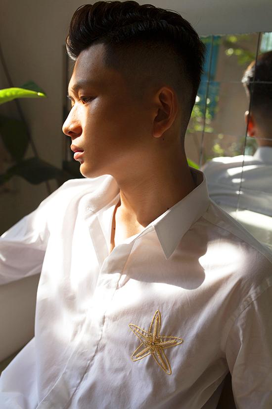 Vào mùa nắng, các chất liệu mang tính thông thoáng cao như cotton, kaki lụa, vải thô, ka tê Nhật... thường được sử dụng để mang tới các mẫu áo sơ mi nam.