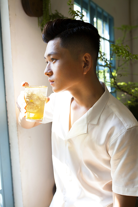 Bên cạnh các kiểu sơ mi dài tay, phom basic, vào mùa hè các thương hiệu còn giới các mẫu áo ngắn tay, cổ vest mang phong cách cổ điển.
