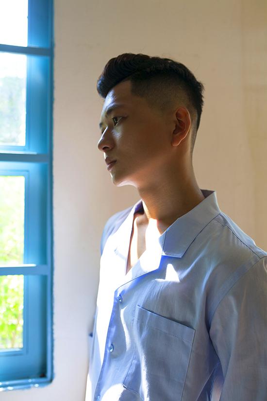 Đối với những chàng trai yêu phong cách trang nhã, ngoài sơ mi trắng còn có các mẫu sơ mi cổ vest tông xanh dịu mắt.