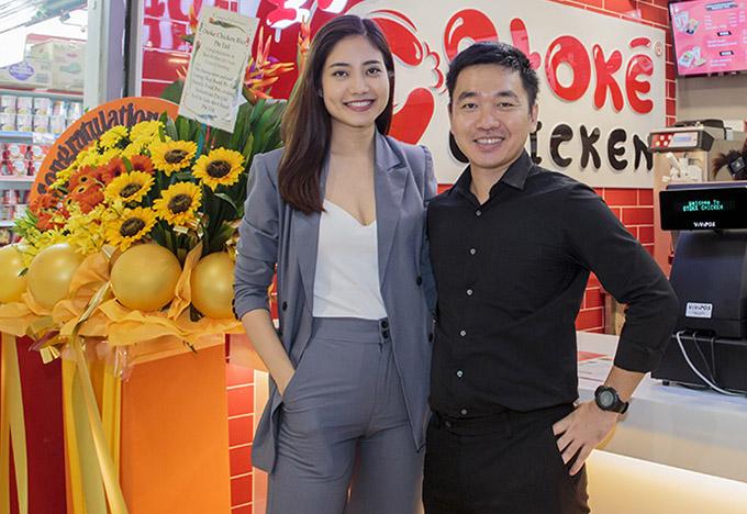 Ninh Hoàng Ngân cao nổi trội khi đứng bên ông xã Mai Trường Giang. Đôi vợ chồng vừa sang Singapore để phát triển việc kinh doanh về lĩnh vực ẩm thực.