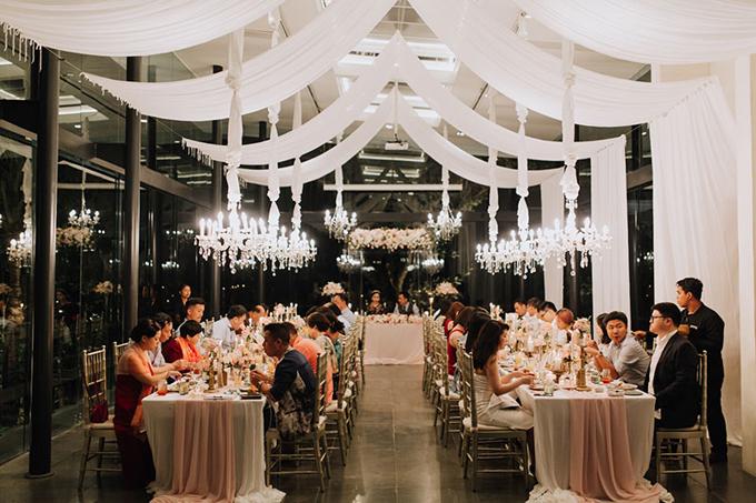 Uyên ương chọn tổ chức tiệc quy mô nhỏ và dùng ghế Chiavari để tăng tính sang trọng cho không gian.