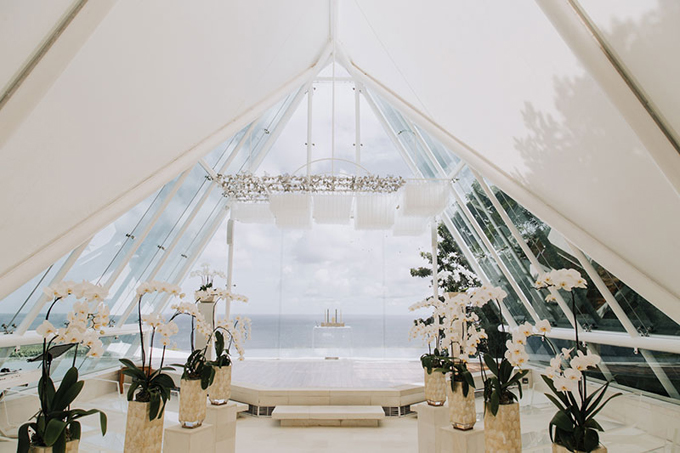 Nơi tổ chức nghi lễ cưới của uyên ương hướng về phía biển và được tô điểm bởi hoa lan trắng.