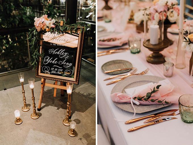 Bảng welcome tiệc cưới mang tông màu vàng đồng. Ekip trang trí tiệc cũng chú trọng tới bộ dao nĩa, đĩa bát phục vụ thực khách. Họ còn cài một nhành cây lên đĩa ăn để trang trí.