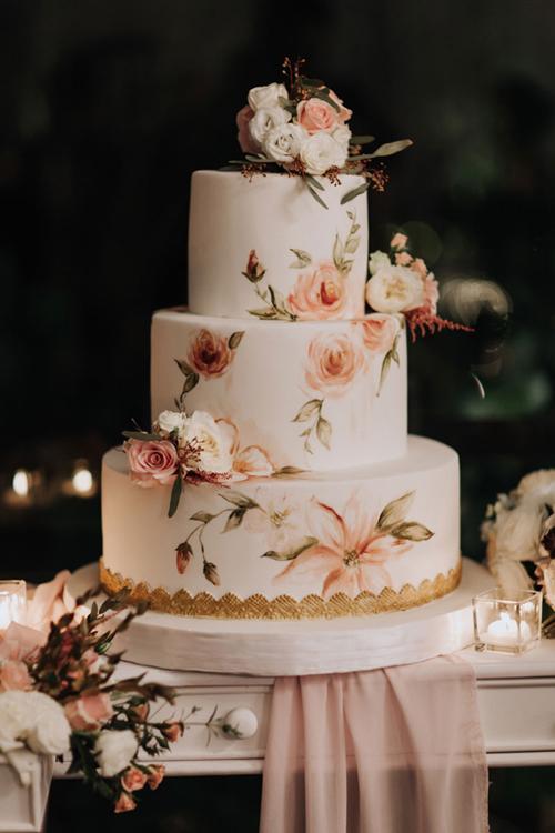 Bánh cưới của cặp vợ chồng được tô vẽ họa tiết hoa hồng tỉ mỉ, sống động như thật.