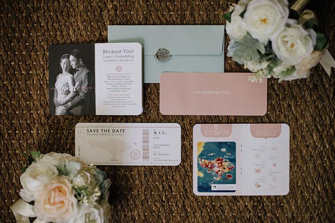 Bộ thiệp của uyên ương được thiết kế giống như một cuốn hộ chiếu, nêu đầy đủ thông tin về thời gian, địa điểm, chương trình hôn lễ và được niêm bằng con dấu sáp.