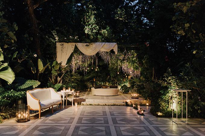 Sau khi kết thúc nghi lễ cưới, cặp vợ chồng mời khách đến khu vực thưởng thức tiệc tối. Phíabên ngoàisảnh tiệc là khu vực tiếp tân mang phong cách hiện đại với bối cảnh khu rừng cây nhiệt đới.