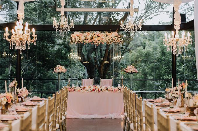 Không gian tiệclãng mạn mang sắc hồng pastel, được tô điểm bởi hồng tươi. Uyên ương chọn nhà kính để khách mời vừa thưởng thức món ăn vừa đượcngắm nhìn cảnh sắc thiên nhiên bên ngoài.