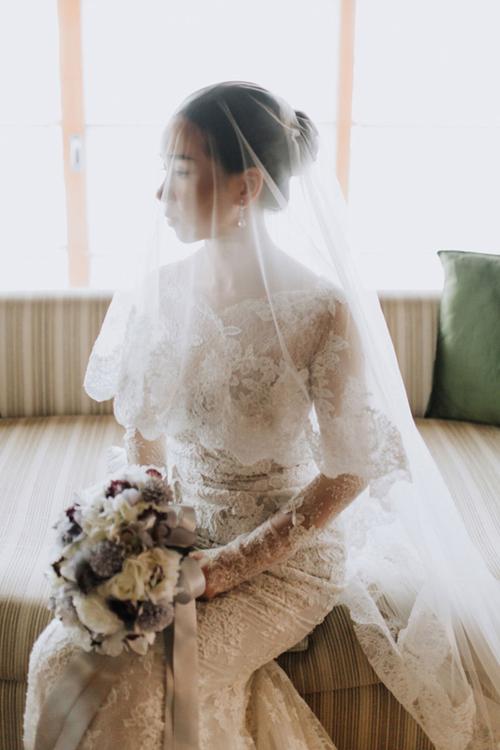 Còn tân nương gây ấn tượng với váy cưới đính ren gợi cảm.