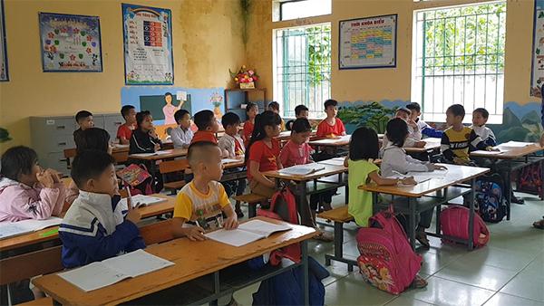 Học sinh trường Tiểu học Đồng Lương đến lớp trở lại sau án mạng. Ảnh: Lê Hoàng.