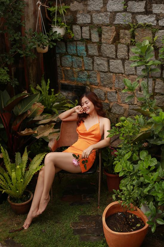 Ngay trước gian phòng mình ở, hòa mình với thiên nhiên, nữ diễn viên trở nên quyến rũ lạ thường. Nhan sắc của Ngọc Lan dường như đang ở độ rực rỡ nhất.