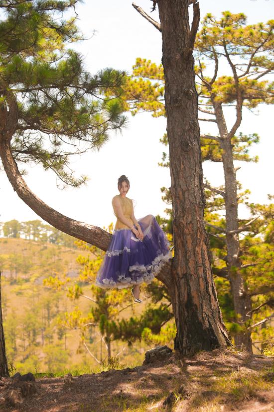Bộ ảnh được thực hiện với sự hỗ trợ của nhiếp ảnh Nguyễn Dương, stylist Hữu Duy, trang phụcNguyễn Minh Công.