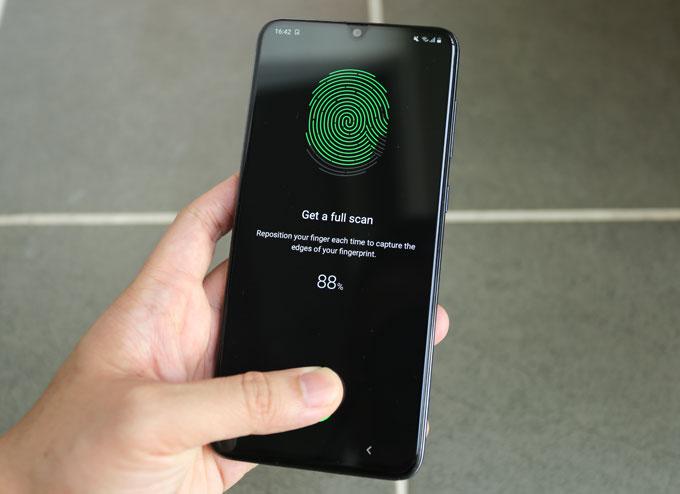 Thiết bị cũng sở hữu bảo mật vân tay dưới màn hình, nhận diện khuôn mặt. Galaxy A70 cài sẵn Android 9.0 Pie.