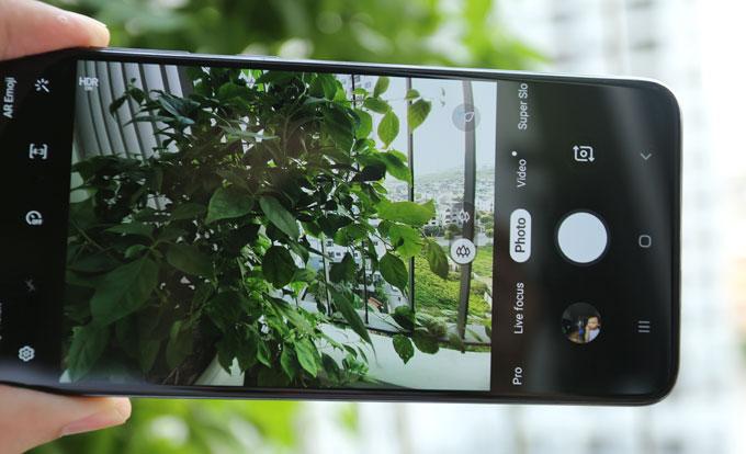 Camera trên Galaxy A70 còn có tính năng tối ưu hóa khung cảnh thông minh Scene Optimizer có thể phân loại đến 20 chủ thể khác nhau nhờ vào trí thông minh nhân tạo AI. Với mỗi bức ảnh được chụp, tính năng có thể phân tích và nhận diện chủ thể và bối cảnh, từ đó tự động cân chỉnh chỉnh màu sắc, độ tương phản, sáng tối phù hợp. Ngoài ra, tính năng Flaw Detection giúp phát hiện những điểm lỗi khi chụp ảnh như bị nhắm mắt, ống kính nhòe mờ, đèn nền sáng lóa quá mức... và thông báo để người dùng điều chỉnh.