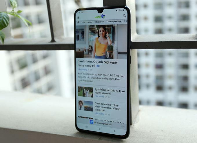 Kích thước màn hình lên tới 6,7 inch đem đến trải nghiệm lướt web, xem video, chơi games tốt. Viền màn hình mỏng giúp Galaxy A70 không quá khổ khi cầm trên tay.