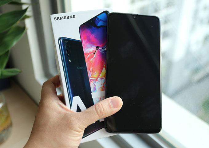 Điện thoại của Samsung có giá bán 9,29 triệu đồng với ba màu sắc tùy chọn là xanh, đen và trắng.