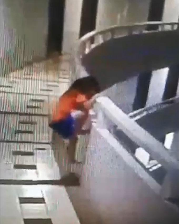 Bé gái 5 tuổi trèo lên lan can tầng 11 trước khi bị rơi xuống ở khách sạn tại Pattaya hô 12/5. Ảnh cắt từ video.