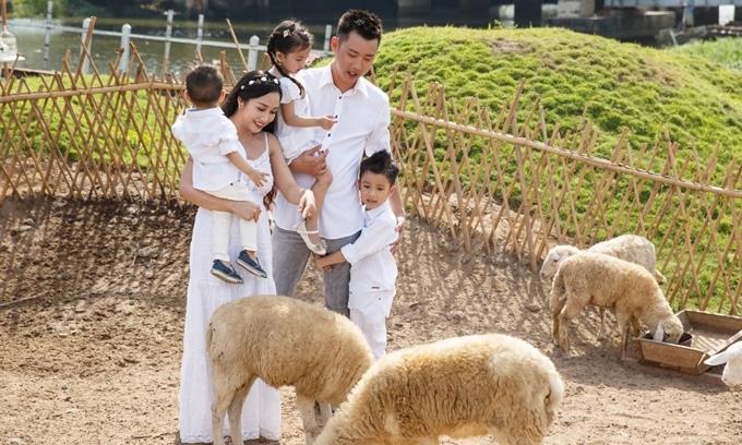 Vợ chồng Ốc Thanh Vân đưa các con đi nghỉ hè ở Hàn Quốc.