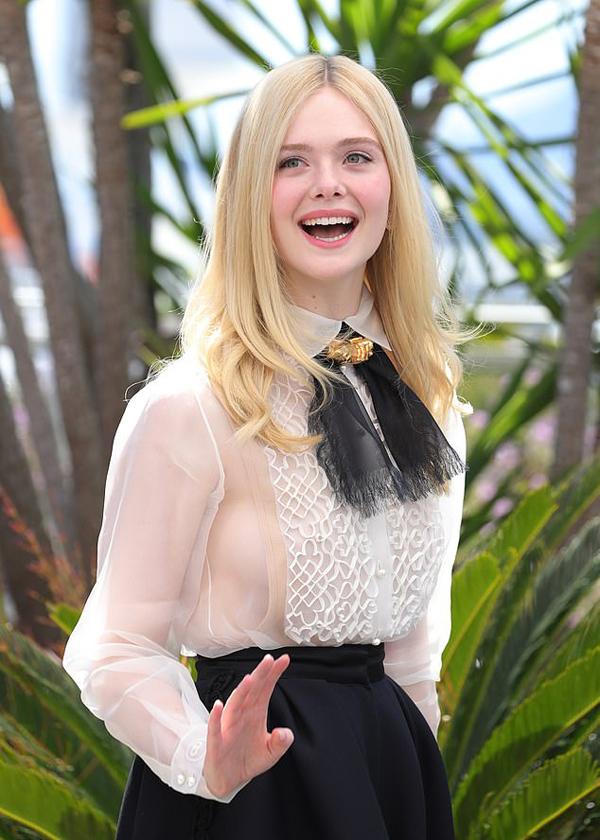Elle Fanning đóng phim khi mới hơn 2 tuổi, trong Taken và I Am Sam. Năm lên 4 tuổi, cô có vai chính đầu tiên trong phim hài Daddy Day Care. Đến nay, người đẹp tóc vàng đã góp mặt trong hơn 50 bộ phim truyền hình và điện ảnh, đoạt nhiều giải thưởng tại Mỹ. Một số bộ phim của cô cũng từng tranh giải Cành cọ vàng tại Cannes như Babel (2006), The Neon Demon (2016) và The Beguiled (2017).
