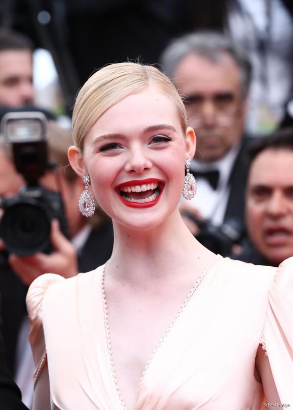 Elle là người trẻ nhất trong số 9 thành viên ban giám khảo liên hoan phim năm nay và cũng trẻ nhất trong lịch sử 72 năm của liên hoan phim Cannes danh giá. Cô vừa bước sang tuổi 21 vào tháng trước.