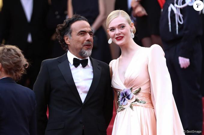 Ngôi sao phim Maleficent tươi tắn bên chủ tịch ban giám khảo - đạo diễn, biên kịch người Mexico Alejandro Gonzalez Iñárritu.