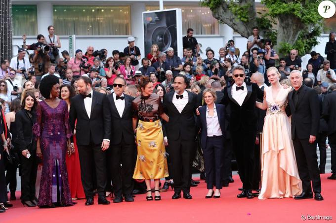 9 vị giám khảo chấm giải năm nay đều là người nhà làm phim lão làng của điện ảnh thế giới, ngoại trừ Elle Fanning, gồm (từ trái qua phải): Đạo diễn - diễn viên người Senegal Maimouna NDiaye, đạo diễn được đề cử Oscar người Hy Lạp Yorgos Lanthimos, đạo diễn - tiểu thuyết gia người Pháp Enki Bilal, đạo diễn - biên kịch người Italy Alice Rohrwacher, đạo diễn Mexico Alejandro Gonzalez Iñárritu, đạo diễn - biên kịch người Mỹ Kelly Reichrdt, đạo diễn người Hà Lan Pawel Pawlikowski và đạo diễn - biên kịch người Pháp Robin Campillo.