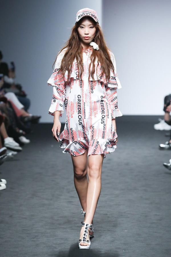 Younhee Park còn là nhà mốt thường xuyên góp mặt tại các Tuần lễ thời trang danh giá như Paris Fashion Week, New York Fashion Week, Seoul Fashion Week... cũng như nhiều lần bắt tay, kết hợp với các thương hiệu đẳng cấp như Prada, MiuMiu, Givenchy, Zippo...
