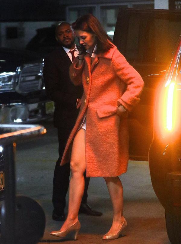 Nữ diễn viên 40 tuổi mặc áo khoác dài che váy ngắn bên trong.