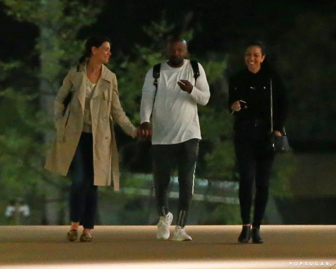 Hồi tháng 4, hai ngôi sao được trông thấy đi dạo cùng con gái cả của Jamie Foxx (bên phải). Sau 6 năm hẹn hò kín đáo và riêng tư, dường như cặp sao đã bắt đầu đưa mối quan hệ sang một bước mới, gần gũi và gắn kết hơn với gia đình đôi bên.