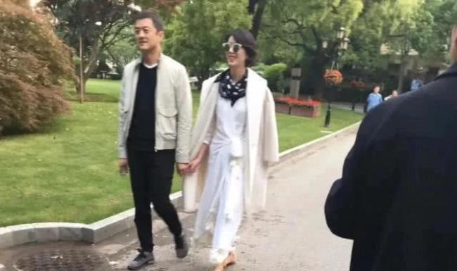 Lý Á Bằng và người yêu mới nắm tay nhau trong công viên.