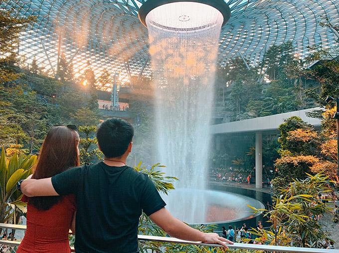 Sau đó họ cùng nhau tham quan những địa danh nổi tiếng ở đảo quốc sư tử như thác nước nhân tạo Jewel, khu Flower Dome, Cloud Forest, Clark Quay, China Town...