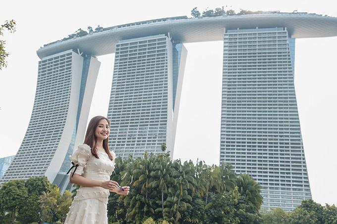 Như tất cả du khách đến thăm Singapore, nguời mẫu Việt Nam không quên chụp ảnh, check in bên khách sạn hình con thuyền nằm bên vịnh Marina.