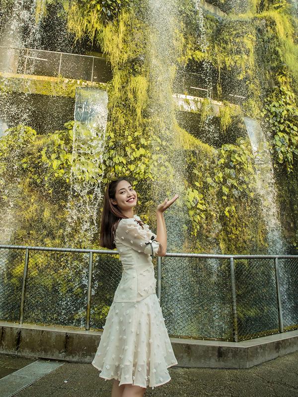 [Caption Ninh Hoàng Ngân bật mí, trước đây cô rất thường sang Singapore du lịch khi rảnh rỗi. Giờ đây khi thành lập chi nhánh kinh doanh tại đất nước này, có lẽ cường độ đến thăm Singapore của Ninh Hoàng Ngân còn tăng lên. Nữ MC cho biết, 5 năm qua, sau khi kết hôn, Ninh Hoàng Ngân đã rất tập trung vào việc kinh doanh, chăm chút cho gia đình. Thế nhưng, thời gian gần đây cô trở lại con đường nghệ thuật, theo đuổi nghề dẫn chương trình. Ninh Hoàng Ngân rất vui khi bản thân cân đối được sự nghiệp và niềm đam mê với nghệ thuật để có thể tiếp tục có thêm nhiều cống hiến, thành công nữa trên con đường nghệ thuật để không phụ lòng mến mộ, tin yêu của các khán giả.